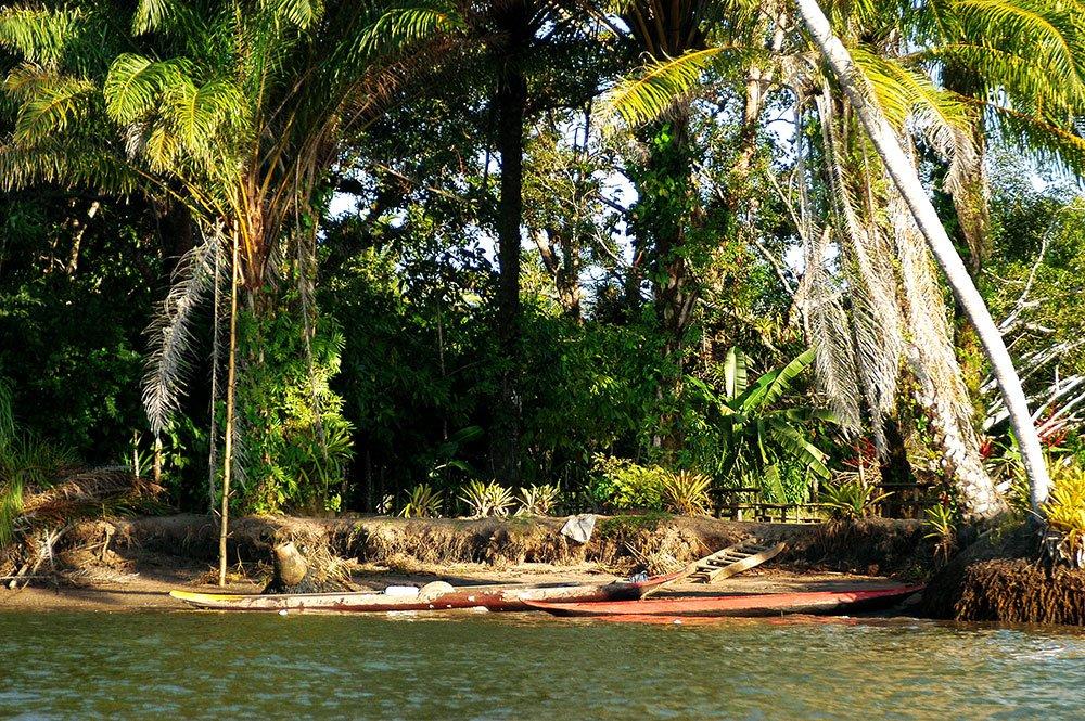 imagem de Canoas às margens do rio das Contas.