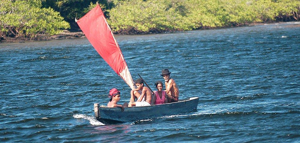 imagem de canoa a vela em câamamu, bahia