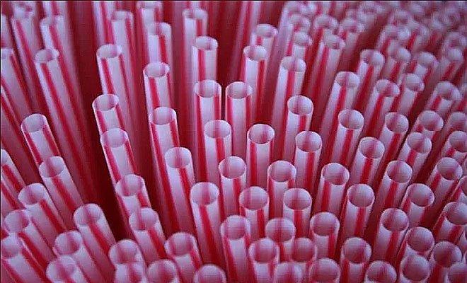 imagem de canudinhos de plástico