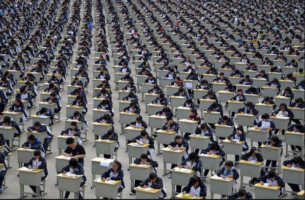imagem de4 milhas de estudantes fazendo prova