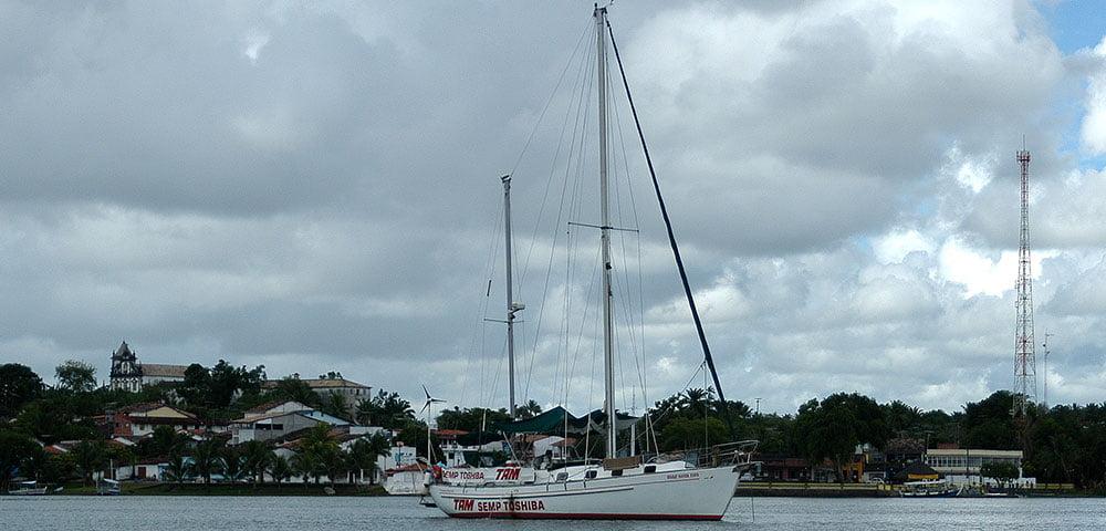 imagem do veleiro Mar Sem Fim no rio Cairu, na etapa litoral de Salvador a Ilhéus