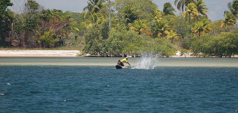 imagem de Pescador na baía de Camamu.