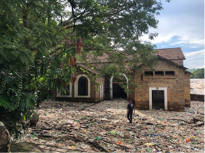 imagem de poluição plástica no rio Tietê