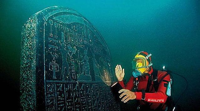 imagem de mergulhador e cidade submersa