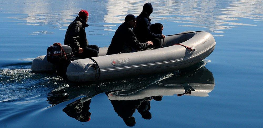 imagem de Oleg Bely de bote na Antártica
