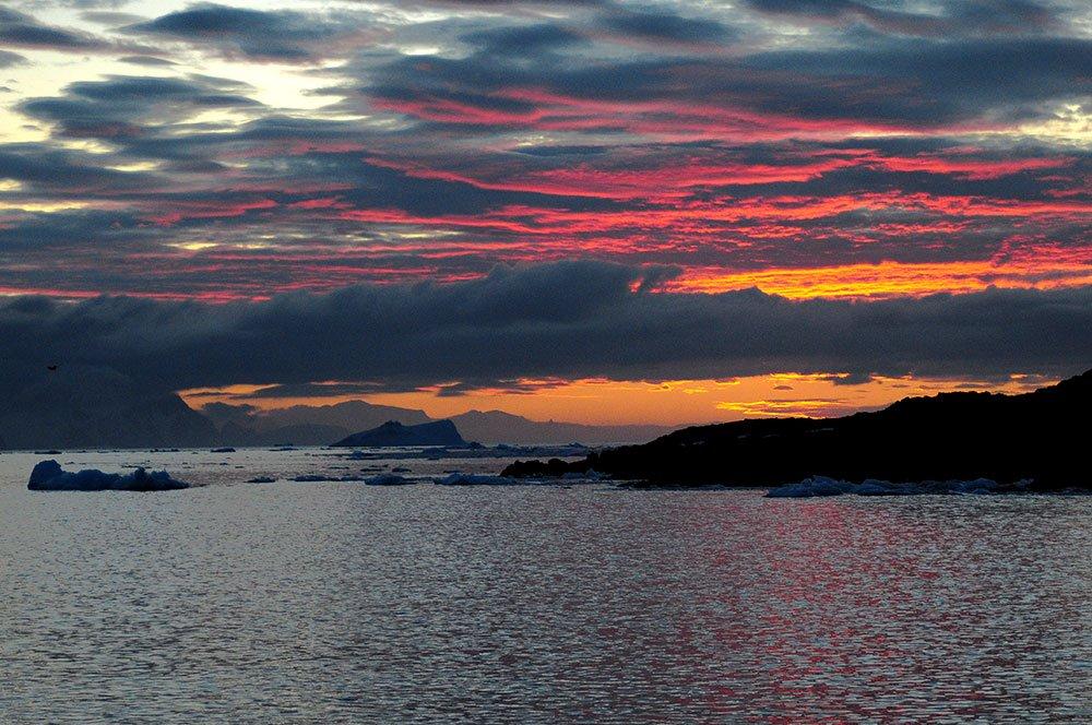 imagem de por do sol na Antártica