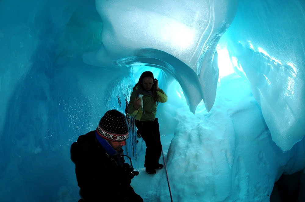imagem de duas pessoas no interior de caverna no polo sul