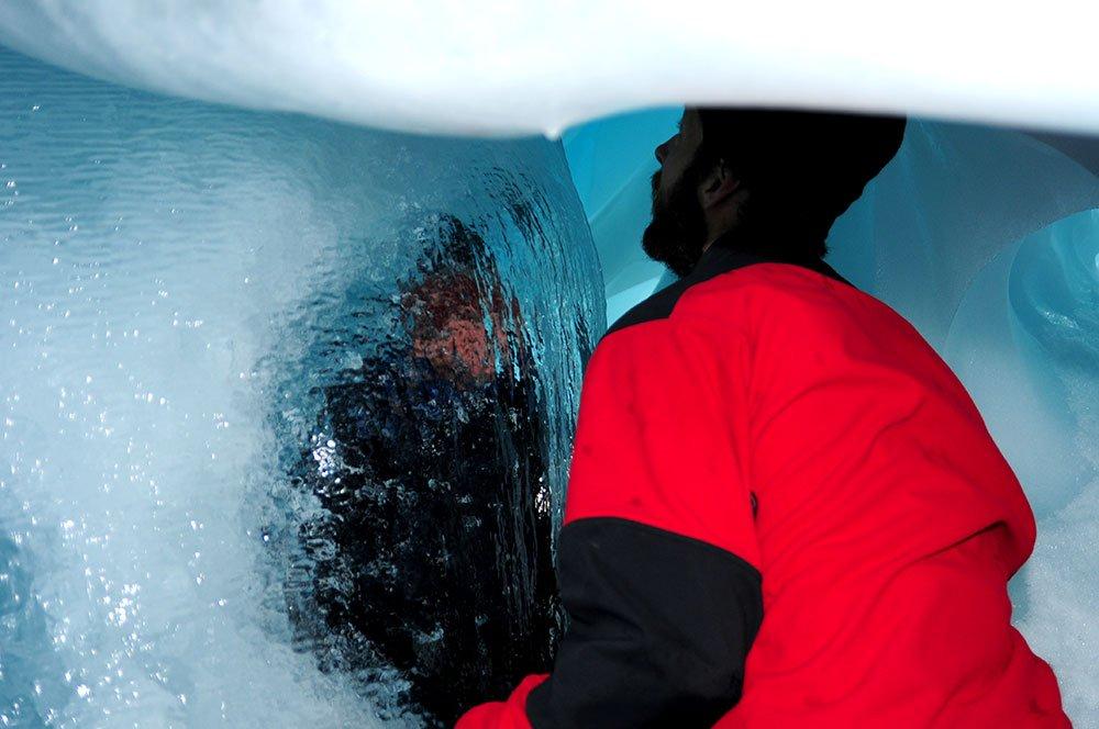 Imagem de Igor Bely em caverna da antártica