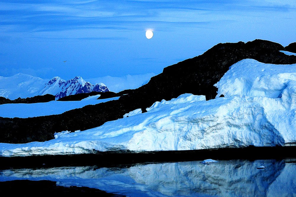 imagem de lua cheia no polo sul.