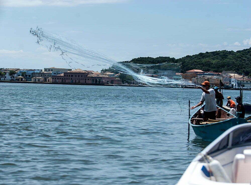 imagem de pescadores com redes