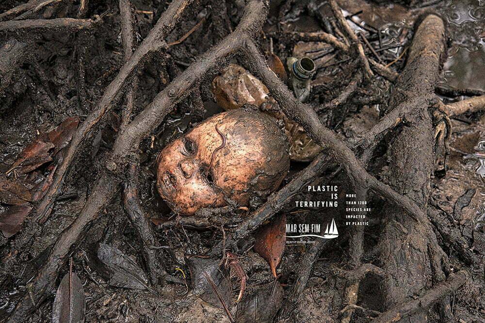 imagem de plástico em meio às raízes do mangue