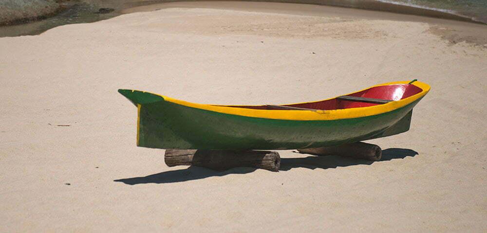 imagem deu canoa na praia