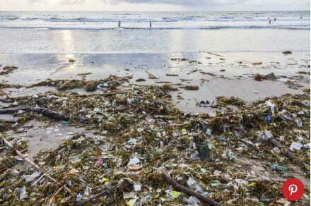 imagem de praia poluída na Indonésia
