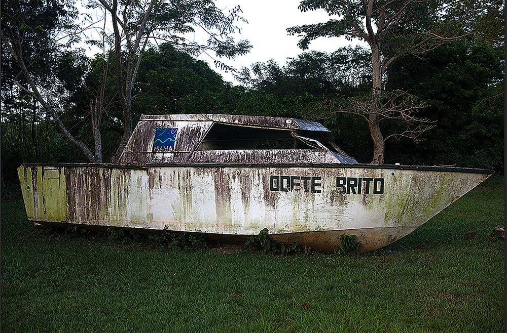 imagem de barco do ibama apodrecendo
