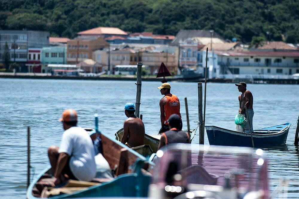 imagem de Pescadores preparados com as redes.