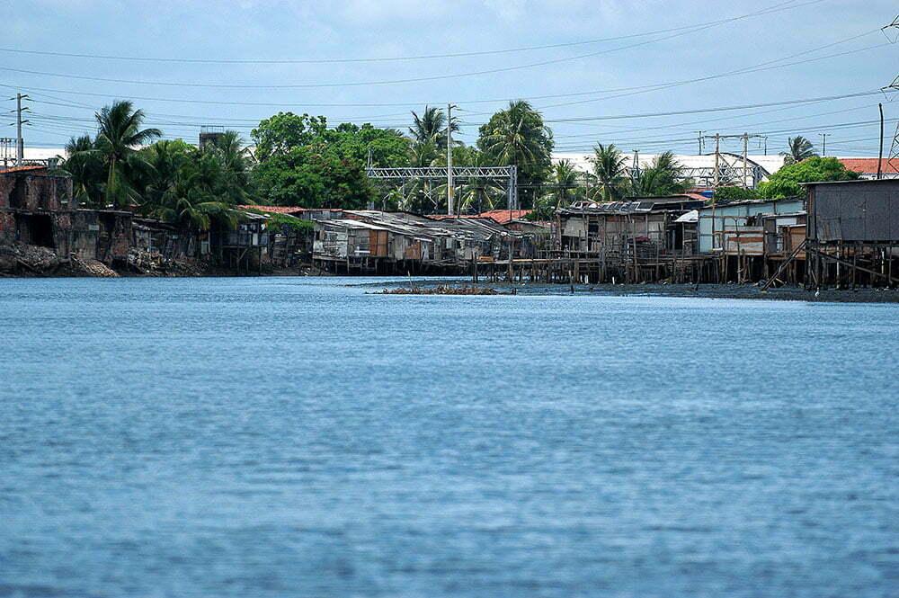 imagem de favelas nos canais de Recife