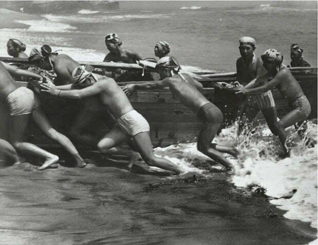 imagem de japoneses colocando barco no mar