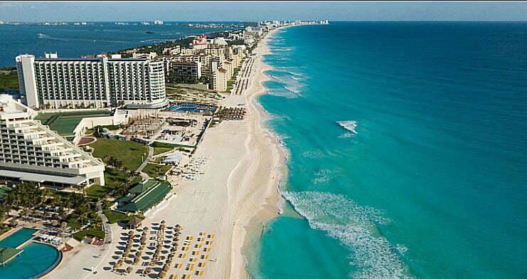 imagem de prédios na orla de cancún
