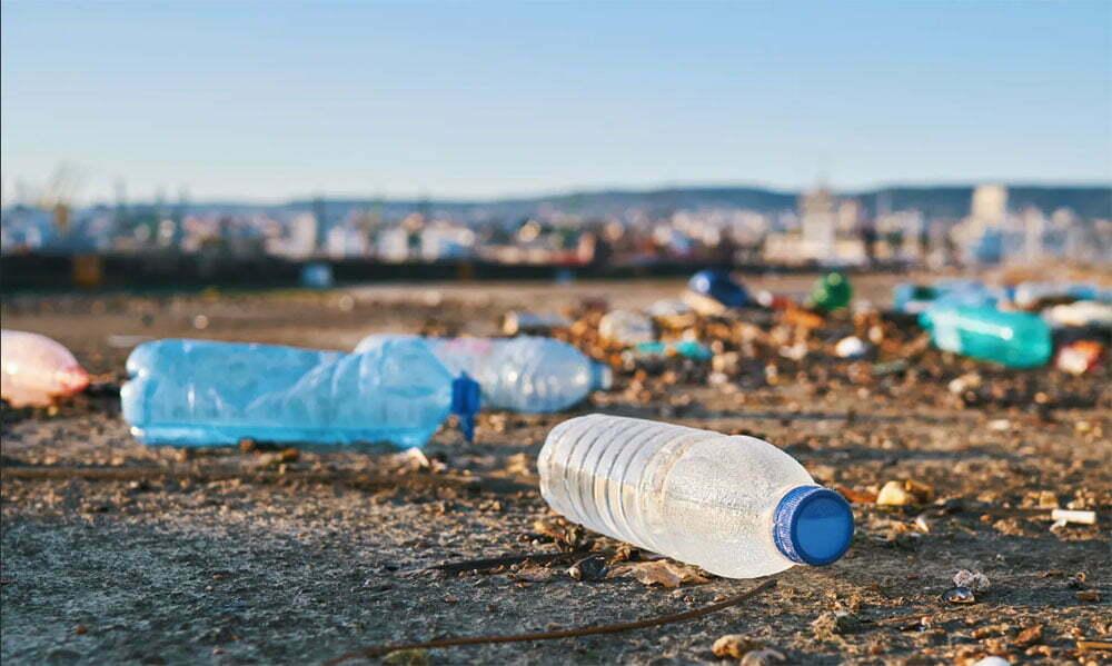 imagem de garrafas plásticas na praia