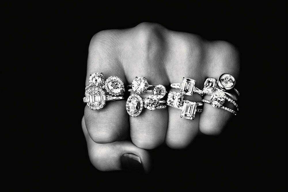 imagem de mão fechada com diamantes nos dedos
