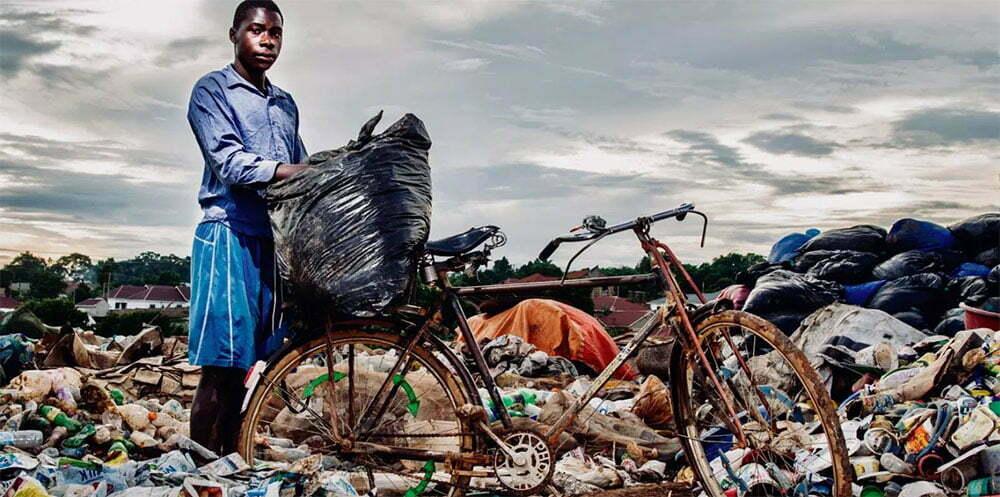 imagem de menino africano recolhendo plástico