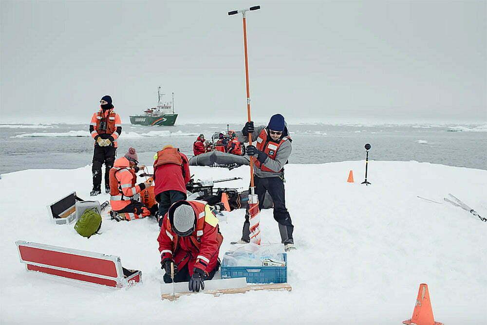imagem de cientistas trabalhando no gelo do ártico