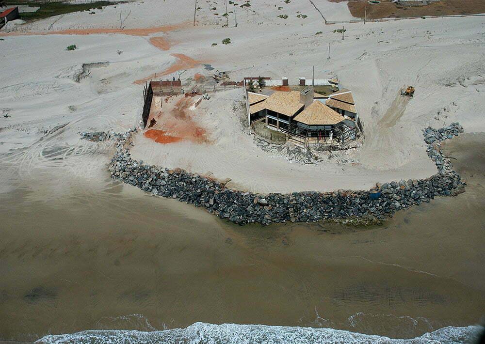 imagem de casa construída na areia da praia