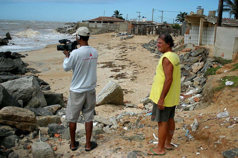 imagem da praia Conceição da Barra, destruída por ressaca do mar