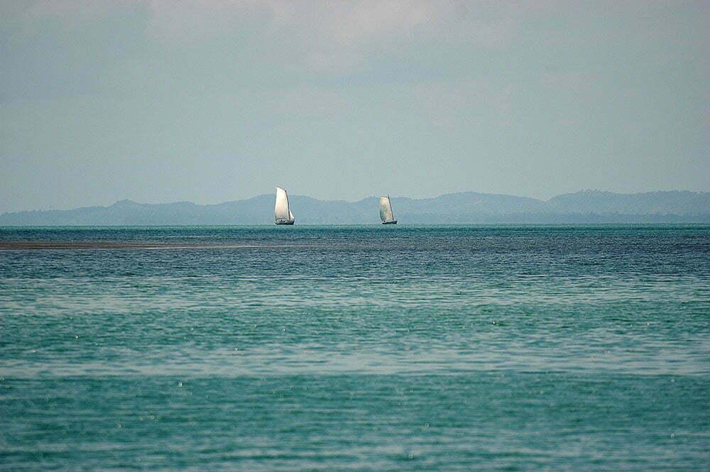 imagem de dois saveiros ao largo de itaparica