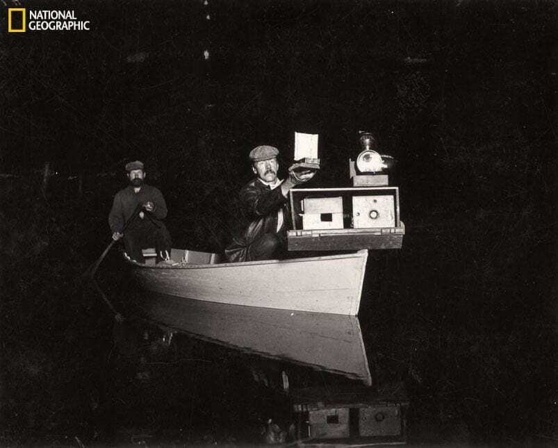imagem antiga de fotógrafo em canoa