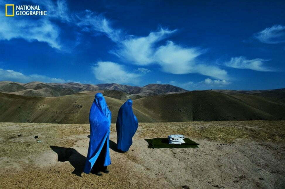 imagem da revista National Geographic mostra mulheres com burka no deserto