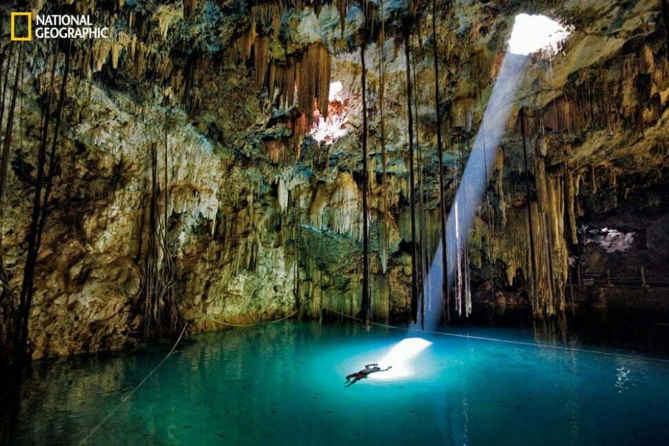 imagem de caverna com lago dentro