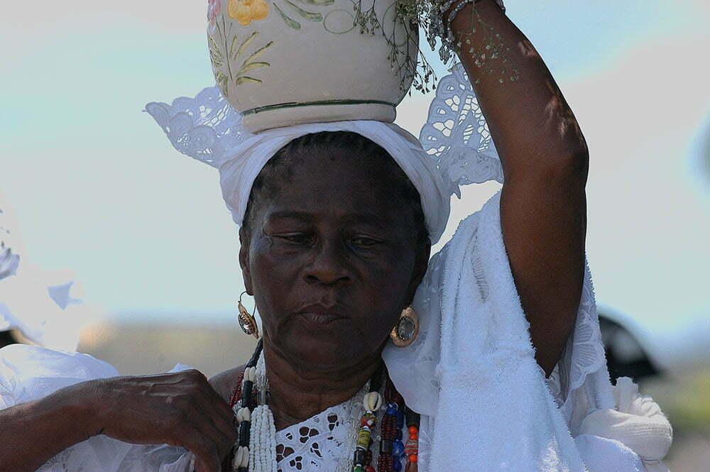 imagem de baiana com pote na cabeça