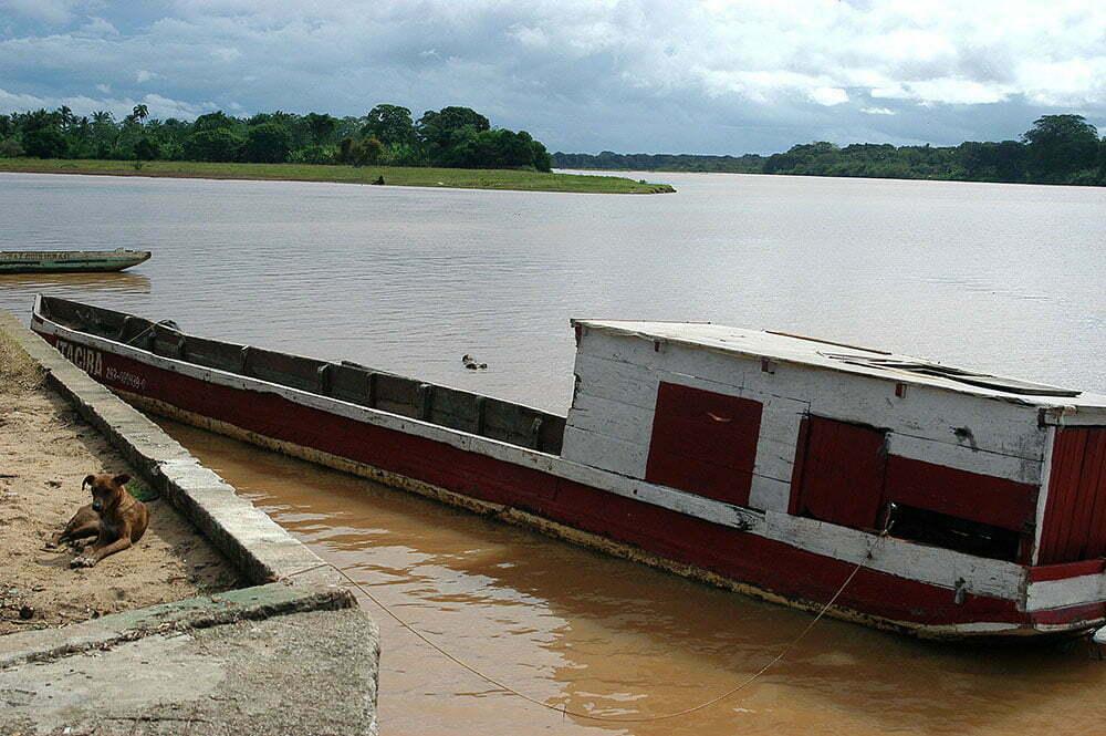 imagem de barcaça de cacau no rio Jequitinhonha.