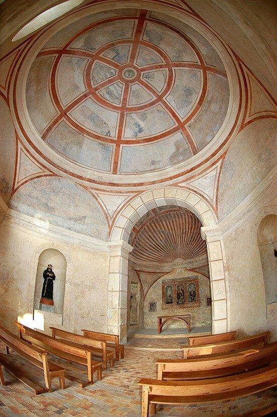imagem do interior da capela do castelo Garcia D'Ávila