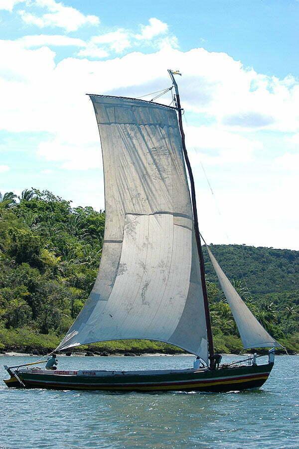 imagem de saveiro com vela enfunada no litoral da Bahia