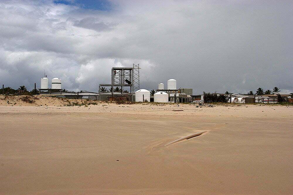 imagem de unidade fabril na praia