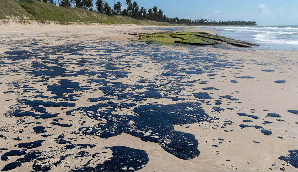 imagem de mancha de óleo em pra do nordeste
