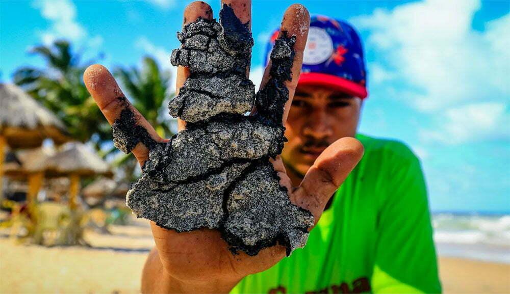 imagem de piche na mão de um homem.