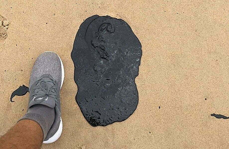 immagine di chiazza di petrolio in spiaggia di nordest