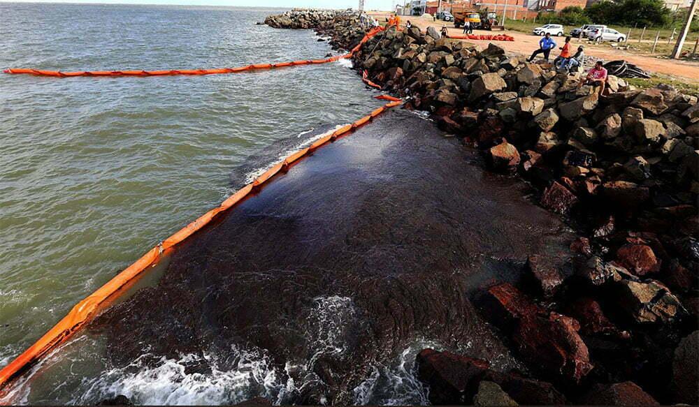 imagem de manchas de óleo na praia dos artistas, aracaju