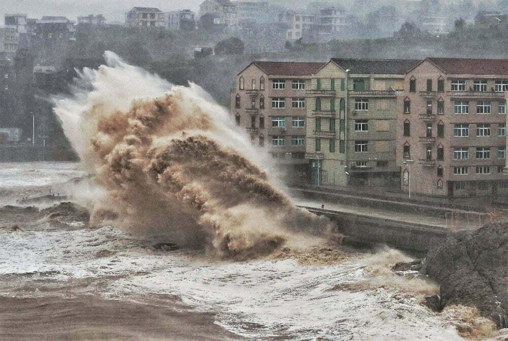 imagem de ressaca destruindo uma cidade