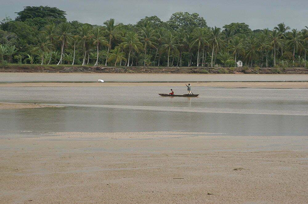 imagem de canoa no rio Jequitinhonha