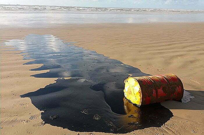imagem de barril com petróleo em praia de Sergipe