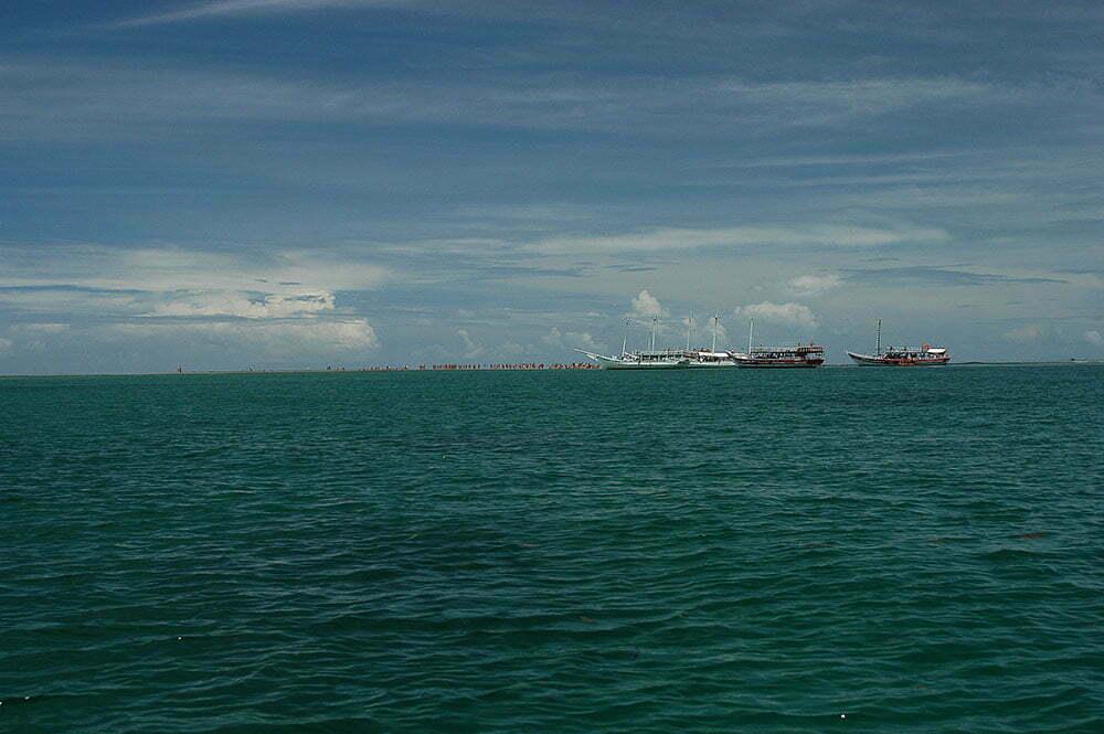imagem de turistas desembarcando em corais na Bahia