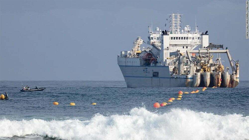 imagem de navio moderno colocando cabo submarino