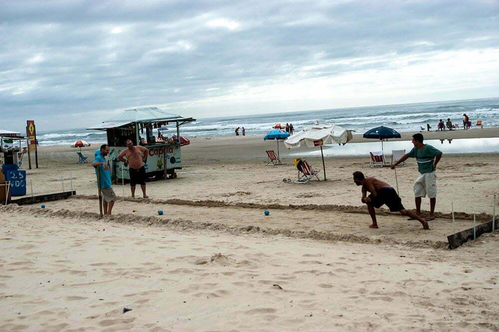 imagem de jogo de bocha em praia gaúcha