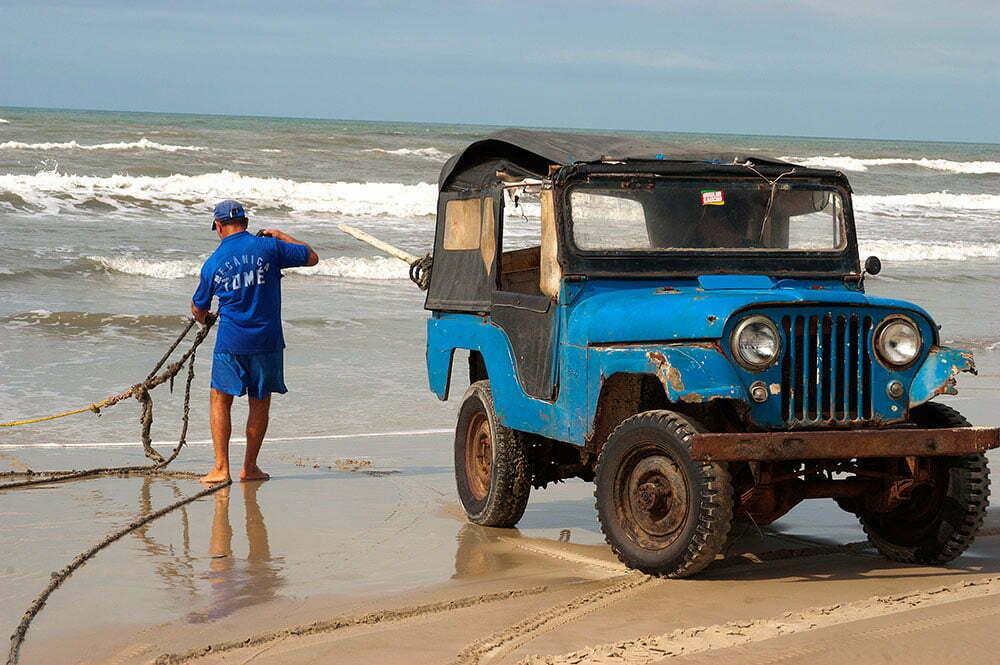 imagem de rede de arrasto em praia gaúcha