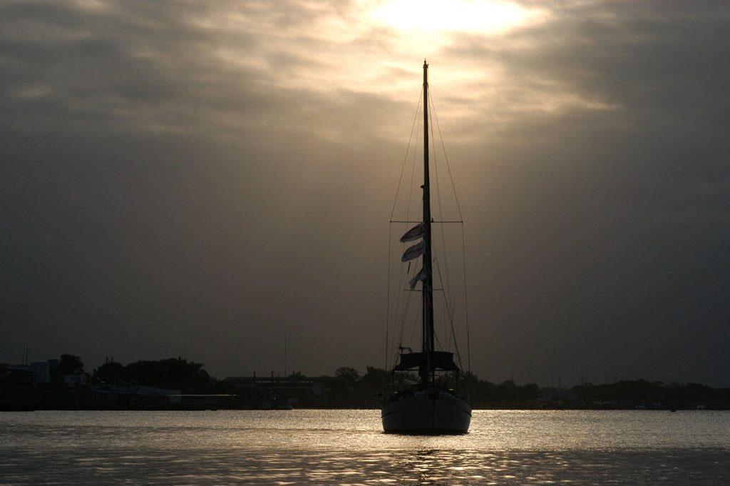 imagem do veleiro mar sem fim na baía de guaratuba, Paraná