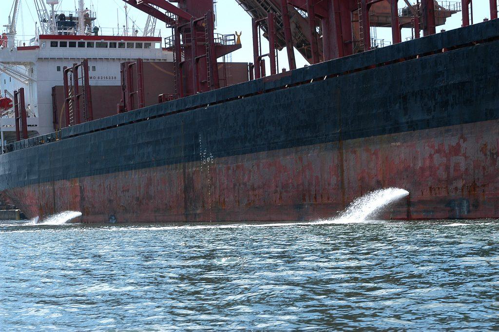 imagem de navio no porto de Paranagua